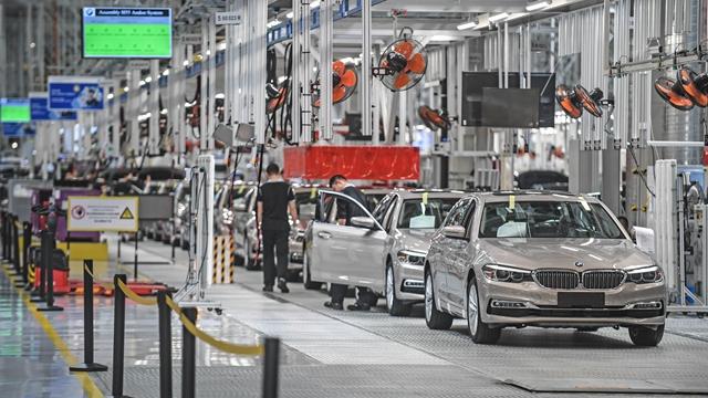 在沈阳华晨宝马大东工厂,工人在生产线上装配汽车   新华社图
