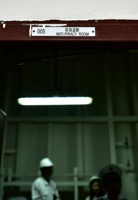 """""""山东人和""""轮的防海盗设施。防海盗舱舱门的标志。摄影/章轲"""