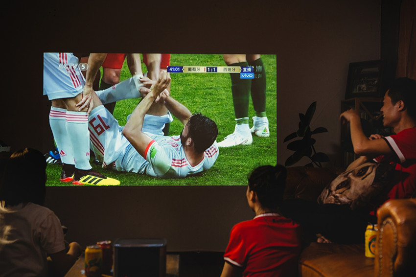 图为用户使用极米智能投影观看球赛