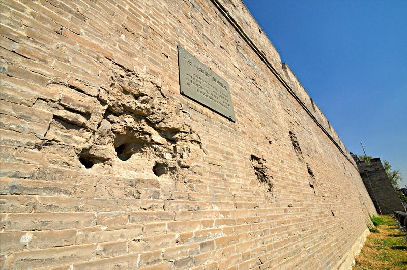 明清时期的中国城墙不像欧洲那样是石砌的,而是黄土实心的高墙,比欧洲的堡垒厚十倍,墙体照样斜的,这三大特点(厚度、泥心、坡度)使得它稀奇抗炮击。在这栽状况下,中国在军事革新的倾向上不是费力研发出能够损坏城墙的火炮,而是杀伤士兵。  视觉中国图