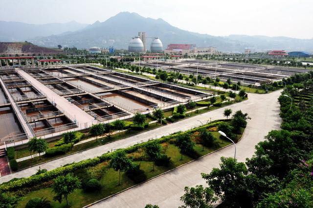 长江经济带工业园区污水处理整治是确保长江一江清水向东流的关键。摄影/章轲