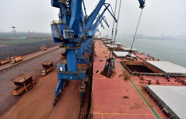 """6月19日早晨,天津滨海新区南12码头,""""山东人和""""轮正在卸铁矿石。摄影/章轲"""