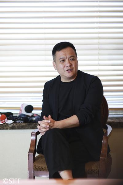 2005年,28岁的宁浩倚赖第二部剧情长片《绿草地》获得亚新奖最受迎接影片奖。今年上影节,宁浩以亚新奖评委会主席的身份再次回到这一熟识的平台。  图/上海国际电影节