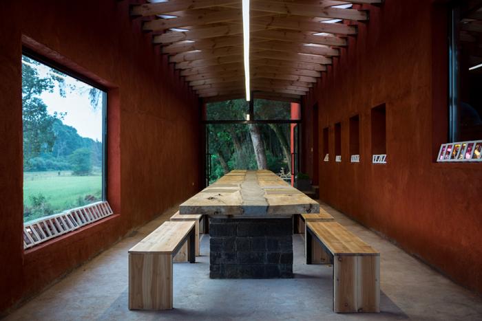 从儿童主题餐厅重大的玻璃窗看出去,是苍翠的竹林与看不到边际的野外