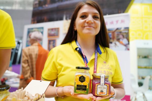 工作人员展示蜂蜜等俄罗斯产品。新华社