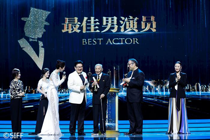 96岁高龄的常枫登台领奖  图/上海国际电影节