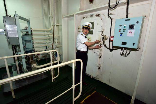 """""""山东人和""""轮的防海盗设施。图为海员向记者展示可以从内部关闭的防海盗舱舱门。摄影/章轲"""