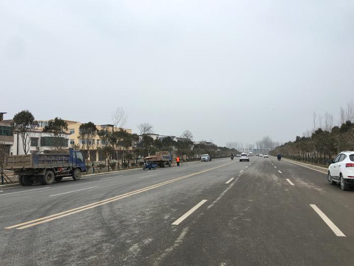 太康县聚台岗村旁的S326是一条省级道路,2018年这条二级公路太康县城北部的一段距离,被突然拓宽至双向四车道,而路的一头连着许家印家的老宅。  摄影/马纪朝