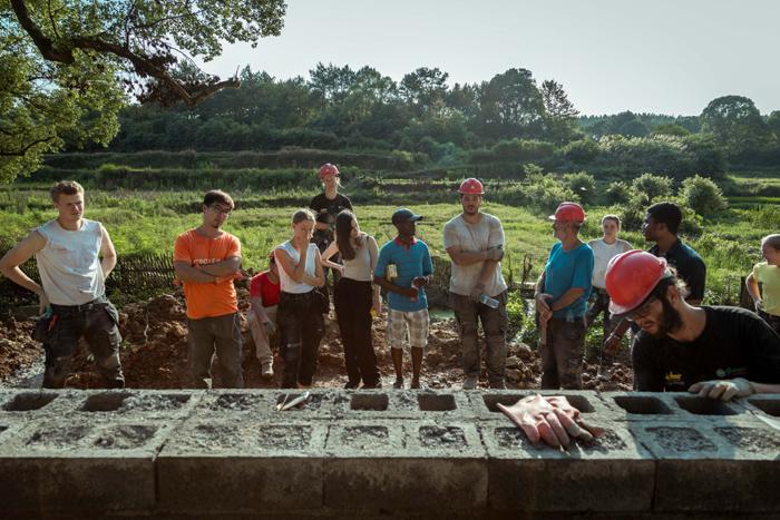奥斯陆建筑与设计学院建筑系教授克里斯蒂安,带着弟子为夏木塘村造了一栋儿童主题餐厅