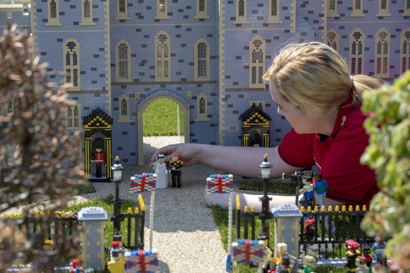 2018年5月8日,英国笑高主题公园展出哈里王子和梅根婚礼场景笑高模型,由8名模型创造者消耗592幼时建成。  视觉中国图
