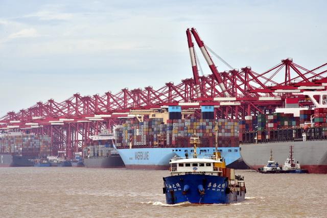 航运是全球贸易的载体,全球贸易总量中近90%由海运承担。摄影/章轲