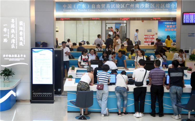 在广州市南沙政务服务中心,一站式服务窗口让群众的办事效率得到明显提高(2019年7月11日摄)。新华社记者卢汉欣摄