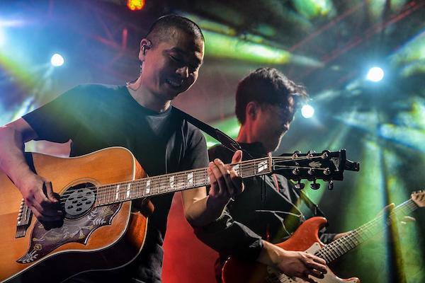 摇滚歌手苏阳与民间艺人交朋友,把传统艺术融入本身的创作。