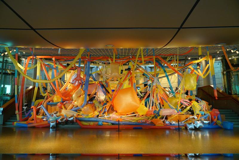 《蛇之尾》由五颜六色的塑料拼接气球和废舍摩托构成  由阮陈乌达供图