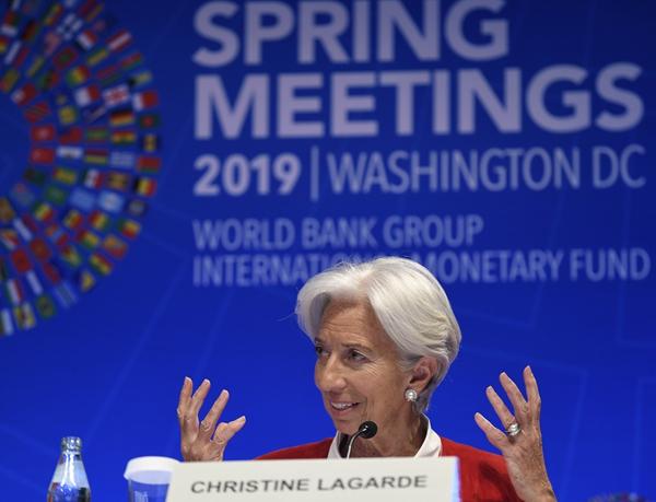 4月11日,在美国华盛顿,IMF总裁拉加德在新闻发布会上讲话。新华社图