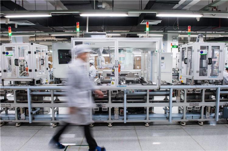 这是2018年12月12日在位于深圳的海能达通信股份有限公司工厂拍摄的自动化生产线。新华社记者毛思倩摄