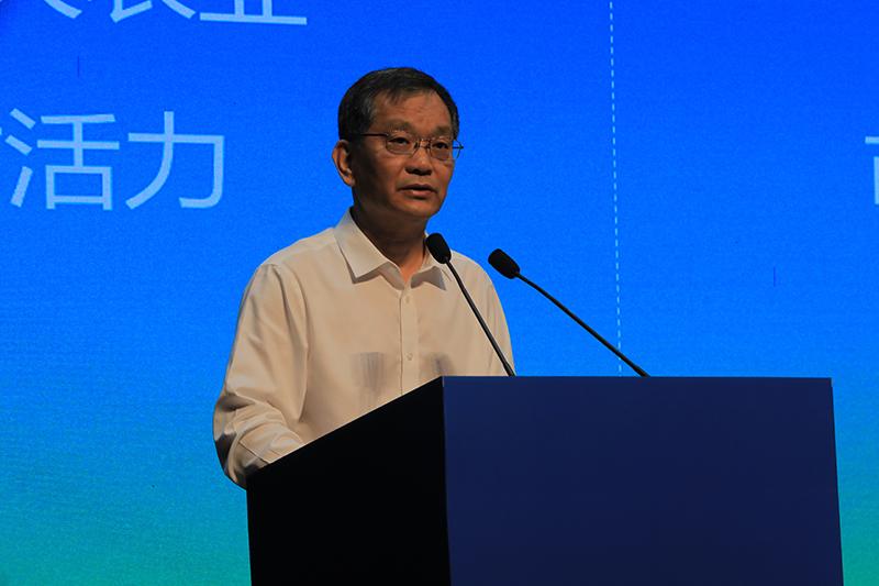 上海市人大常委会委员、市人大农业与农村委主任委员孙雷发表主旨演讲