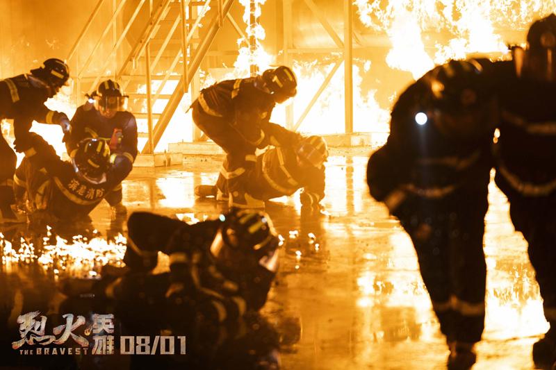 为求真实还原,《烈火英雄》拍摄现场1:1实景搭建了港口油罐区,所有演员无替身冲入火场演出