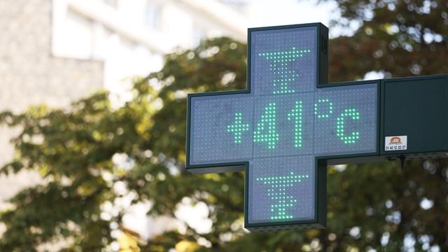 25日中午,在法国巴黎,一家药店外的温度计显示实时温度为41度。
