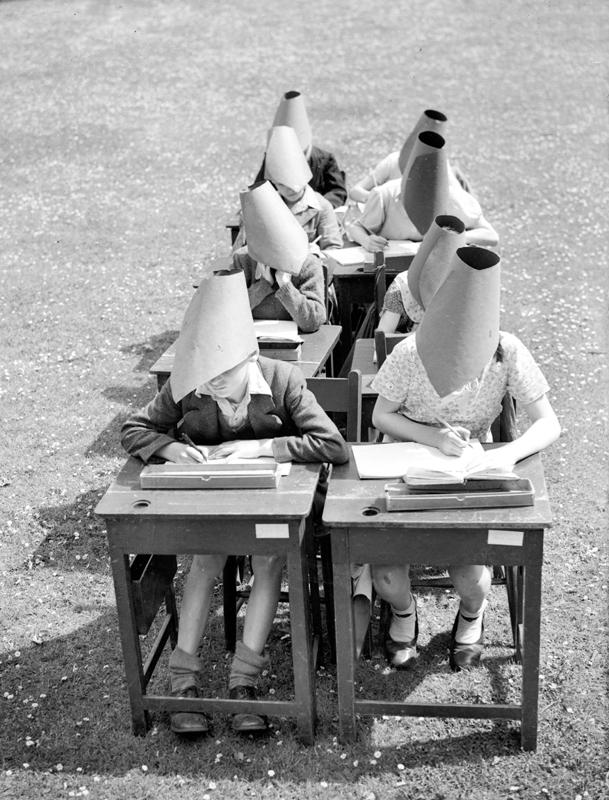 英国的第一所露天学校于1907年开放,这种学校在20世纪30年代开始变得流行,目的是为了抵抗结核病,这是当时患病率及死亡率极高的疾病之一。  东方IC图
