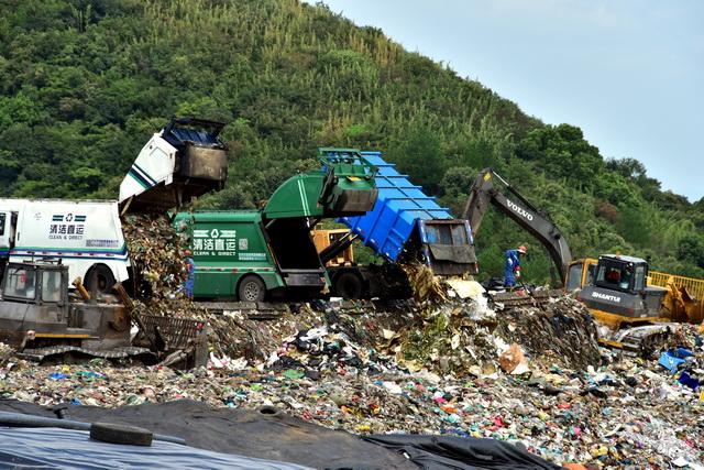 生活垃圾的搜集和有效处置正在成为吾国城市管理的难点。图为杭州天子岭垃圾填埋场。摄影/章轲