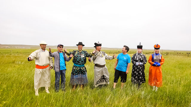 作为内蒙古民间音乐复兴的重要推手,杨玉成在民间艺术家中很有威望。图为他在锡林郭勒草原与牧民歌手一起唱歌