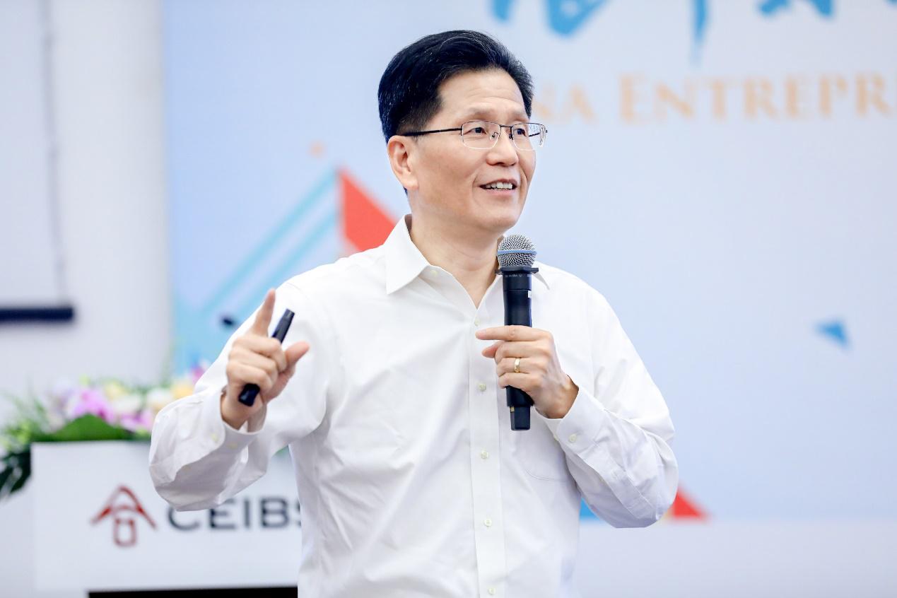 朱天教授发表演讲