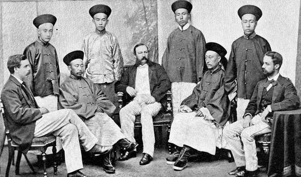 """美国人蒲安臣(前排中),是近代中国第一次出使国外的社交使团""""团长"""""""