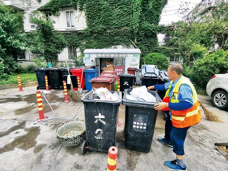 每天上午老许会把小区居民投放的垃圾进一步分拣,并清扫垃圾投放站点。