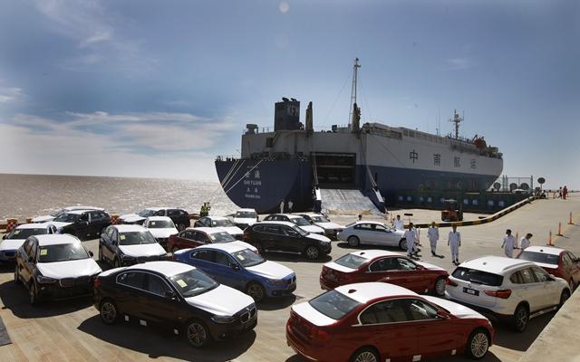 在位于上海临港新城的自贸区滚装码头上,工作人员将卸下船的车辆开到码头指定停车场。新华社资料