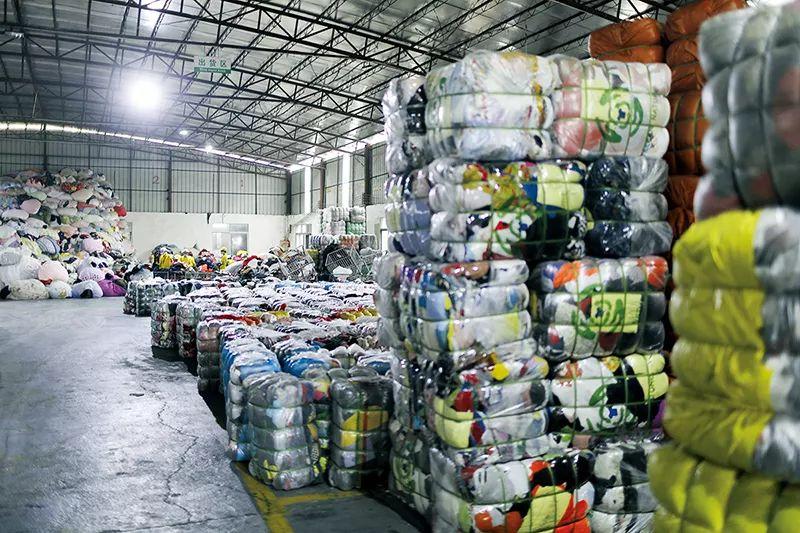 陈浩辉的分拣工厂的一角,衣服被压缩打包,等待出口到非洲。