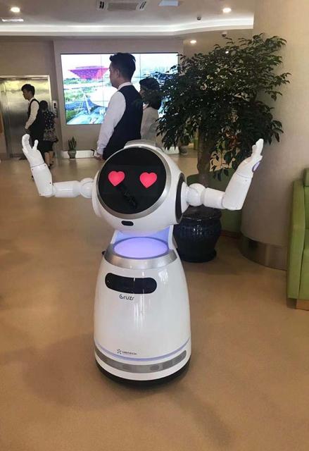 智慧养老社区里的机器人 金叶子/摄