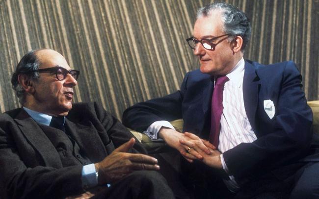上世纪70年代,哲学家布莱恩·麦基(右)曾主持了BBC最火爆的哲学节目《思想家》。图为正在录制《思想家》节目第一集的麦基和以赛亚·伯林(左)。