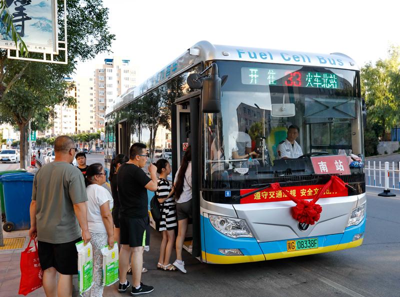 近日,张家口市引进的49辆氢燃料电池公交车和25辆氢燃料电池大客车投入运营,这标志着张家口市在河北省率先迈入氢能源时代。  新华社图