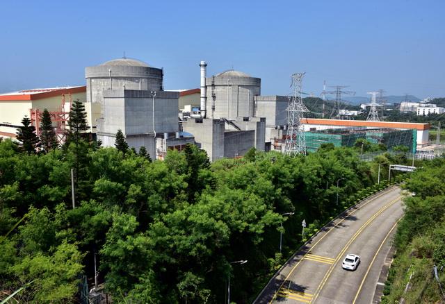 8月8日,大亚湾核电基地的两台核电机组。摄影/章轲