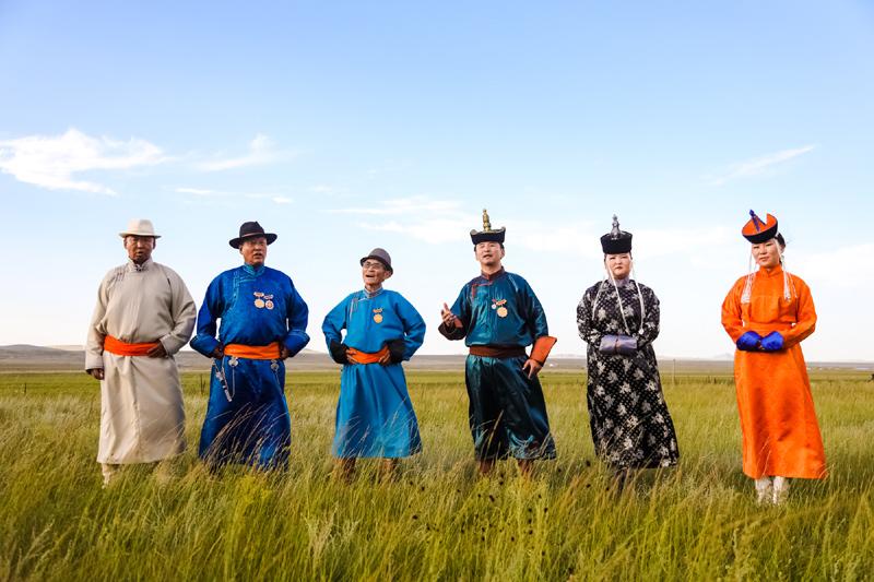 7月28 日,中国音乐地理项目团队来到锡林郭勒阿巴嘎潮尔道传习所,录制拍摄了潮尔道国家级传承人苏依拉图(左二)和芒来(左三),以及丹·道尔吉(右三)、巴图巴雅尔(左一)等歌手的演唱