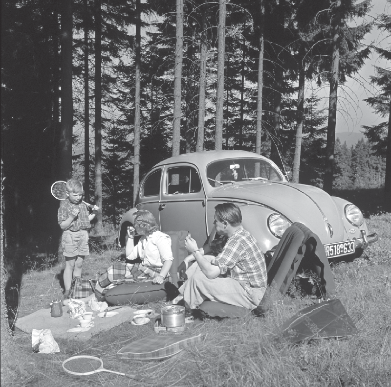 随着联邦德国在20世纪50年代经济复苏步伐加快,大众汽车成为战后新的、以家庭为中心的常态的象征。