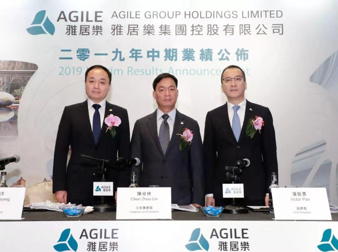 雅居乐控股董事局主席兼总裁陈卓林(中)、副总裁潘智勇(右)、副总裁王海洋(左)