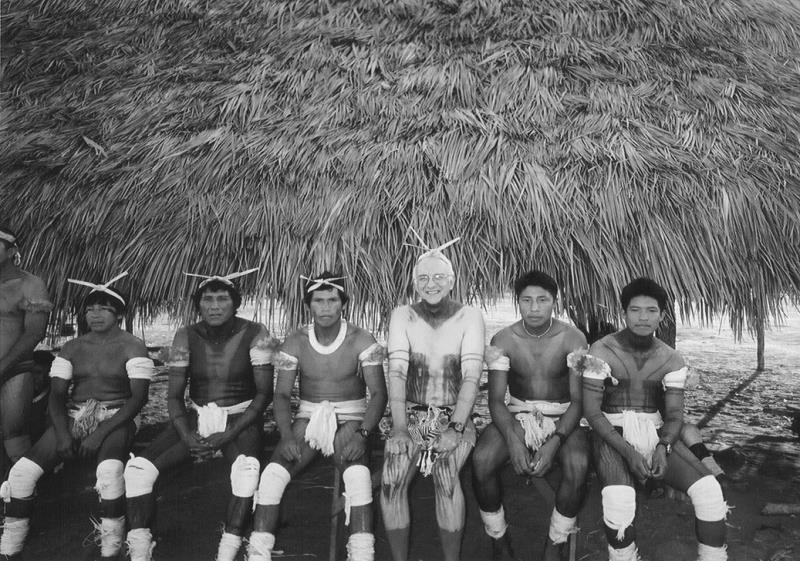 民族音笑学家安东尼·西格(中间白者)和亚马逊部落村民相符影