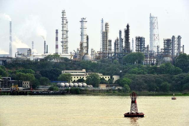 江苏省是我国化工产业大省,化工产业年收入超2万亿元。图为沿长江布局的化工企业。摄影/章轲