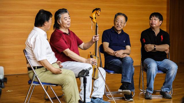 杨玉成与乔建中教授访谈长调歌唱家扎格达苏荣(右一)和马头琴演奏家陈巴雅尔(右二)