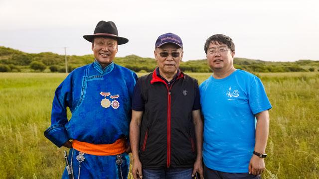 杨玉成(右)与乔建中教授(中)、潮尔道音乐传承人苏依拉图