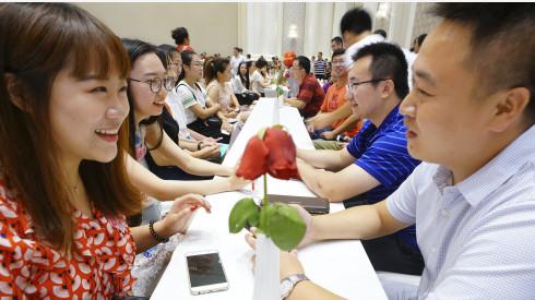 河北唐山举行千人相亲活动。 新华社图