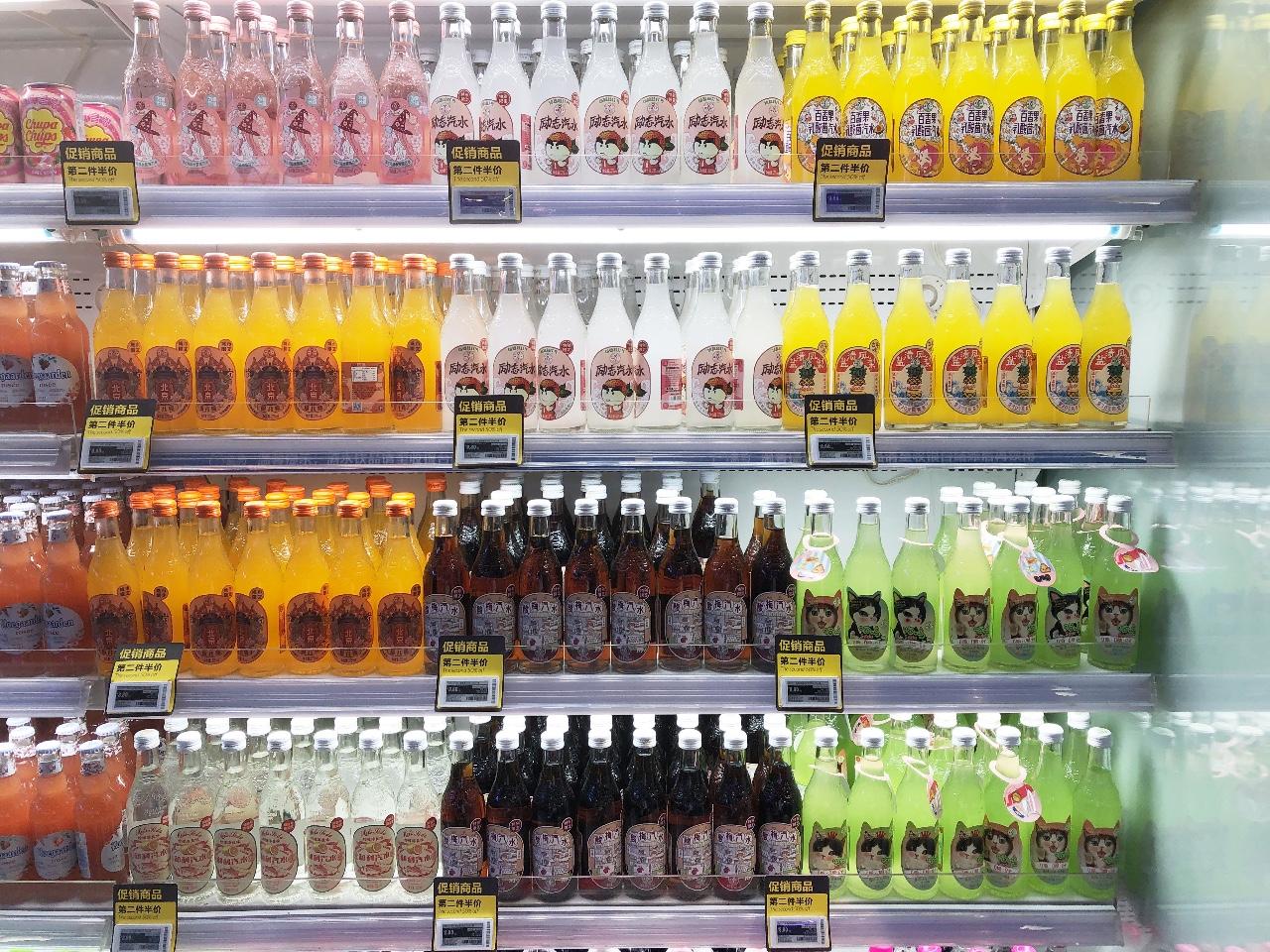 一家便利店内,汉口二厂几乎占有了整个冷柜。