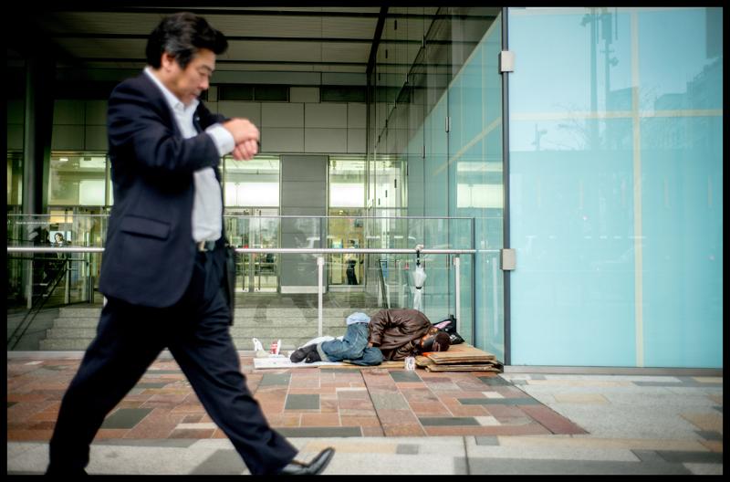 东京街头,上班族与流浪汉。  东方IC图