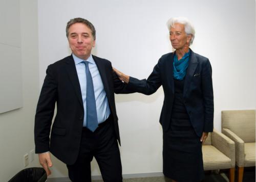 已经辞职的阿根廷财政部长杜霍夫内(左)与已经离开IMF的拉加德,阿根廷如今严峻的经济和金融形势与他们干系甚大