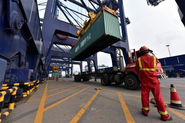 大连港是我国最早开展集装箱海铁联运的港口之一。摄影/章轲