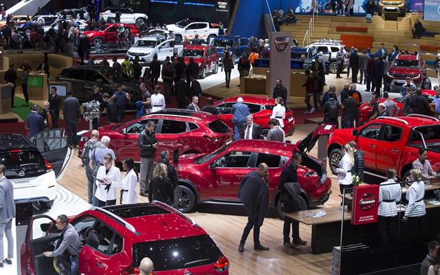 """今年3月,人们在日内瓦国际车展上参不悦目。在这一展会上,走业""""风向标""""清晰地指向电动化。新华社"""