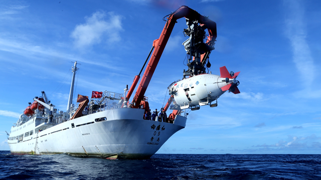 """2017年6月,在西宁靖洋海域,""""蛟龙""""号载人潜水器脱离""""旭日红09""""科学考察船准备进入水中,进走中国大洋38航次末了一潜"""