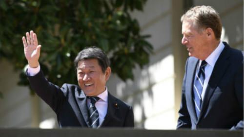美国贸易代表莱特希泽(右)与时任日本经济再生大臣茂木敏充(现任外相)